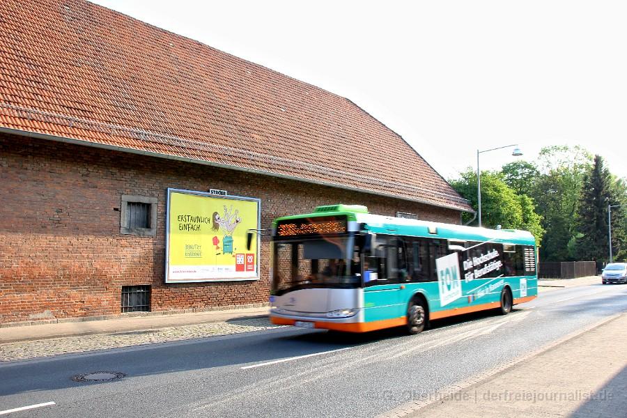 Vorbeifahrender Bus mit Schulkindern, Sex-Plakatwerbung der BzGA 2016