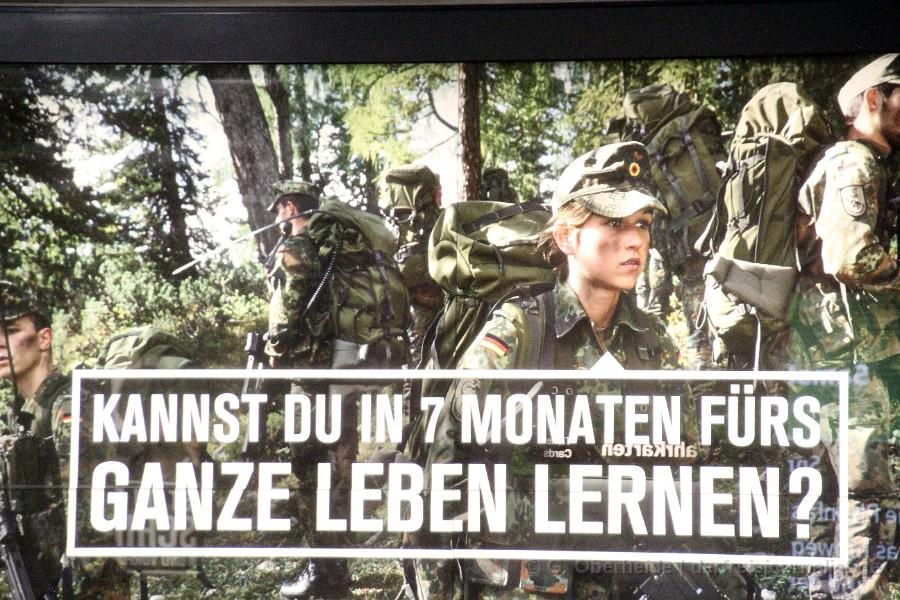 Frauen im Waffeneinsatz mit der Bundeswehr (Werbekampagne der Bundeswehr, Anfang 2016)