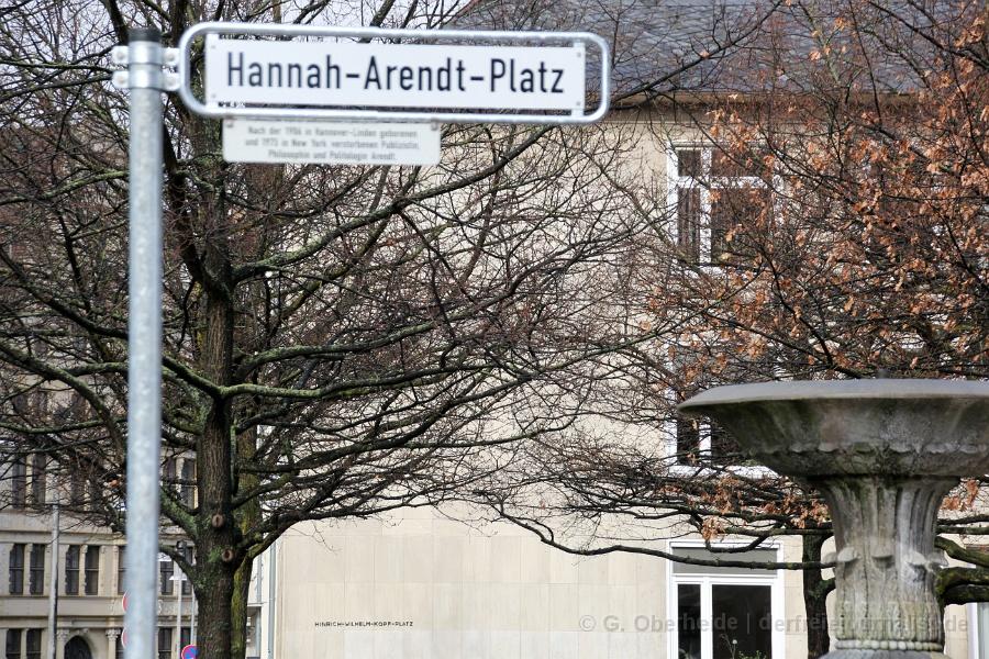 Aus dem Straßenschild 'Hinrich-Wilhelm-Kopf-Platz' wurde 'Hannah-Arendt-Platz'