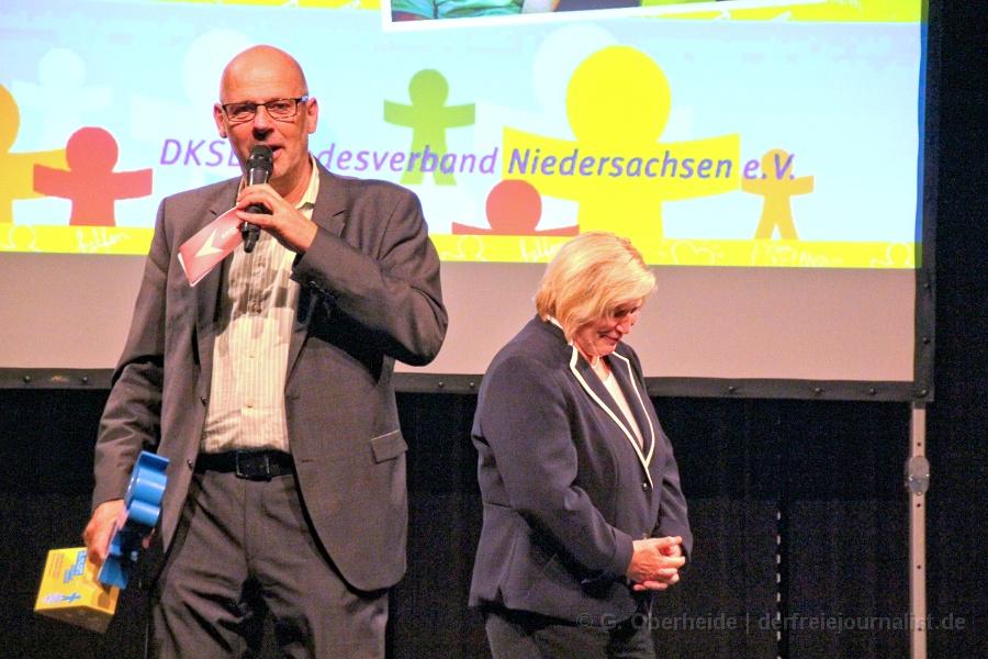 Moderator Kuhnt, Sozialministerin Rundt (SPD): ''Hallo liebe Kinder und Kinderinnen!''