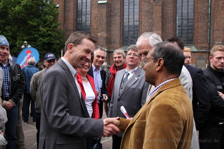 Bernd Lucke begrüßt herzlich Abdul Mäcke-Sattar. Vorstandsmitglied im AfD-Stadtverband Hannover