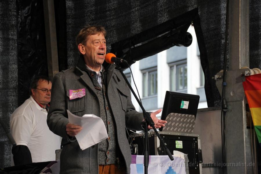 """Stadtvertreter Harald Härke übermittelt auf der LSBTTIQ-Gegendemo das Grußwort des Oberbürgermeisters - und nennt die Teilnehmer der 'Demo für alle' """"Dumpfbacken"""""""