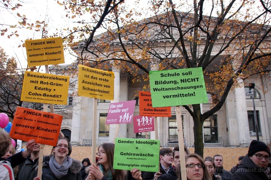 Plakate auf der ''Demo für Alle'' in Hannover, November 2014