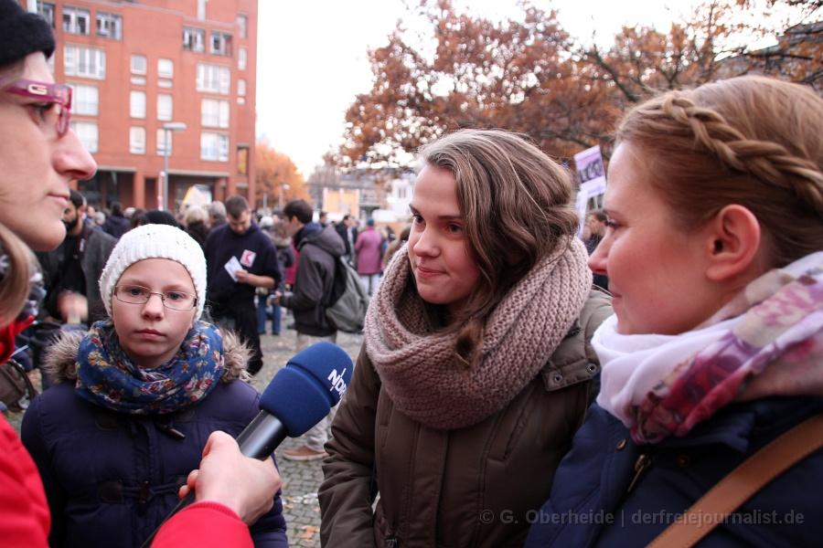 Der NDR interviewt in Hannover während einer Demo eine junge 16-jährige, die sich nicht als 'homophob' stigmatisieren lasen will. Die interessanten Antworten der jungen Frau bleiben der Öffentlichkeit bis heute verborgen: Das Interview wurde nie veröffentlicht.
