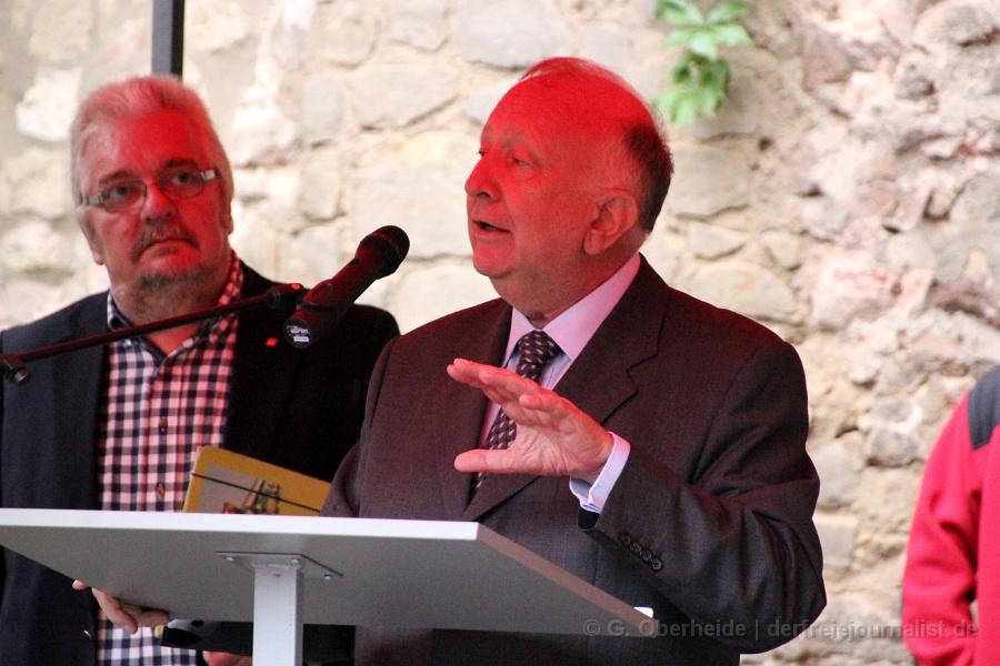 Willy Wimmer: ''Es kommt aber auch darauf an, dass unser Herr Bundespräsident bei seinem bevorstehendem Besuch in den Vereinigten Staaten den amerikanischen Präsidenten öffentlich auffordern muß, endlich mit den Kriegen aufzuhören, die uns seit dem völkerrechtswidrigen Krieg gegen die Bundesrepublik Jugoslawien diese Flüchtlingsbewegungen um uns herum ins Haus bringen; die Kriege müssen beendet werden!''
