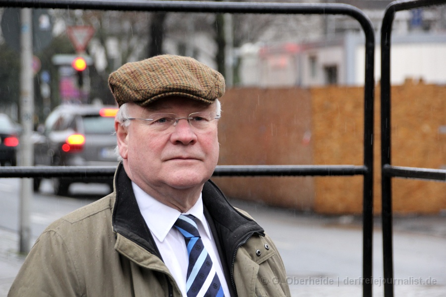 Landtagspräsdident Busemann am Tag der Platzumbenenung vor dem Landtag